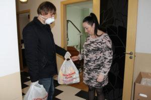 Волонтеры доставили продуктовые наборы помощи в воронежские семьи